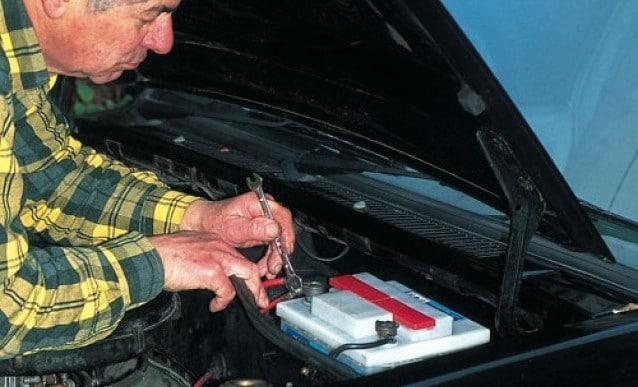 quand la batterie de ta voiture te l che entretien auto. Black Bedroom Furniture Sets. Home Design Ideas