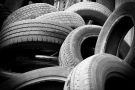 Pile de pneus de voiture usés
