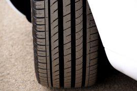 Gros plan sur le pneu d'une voiture blanche